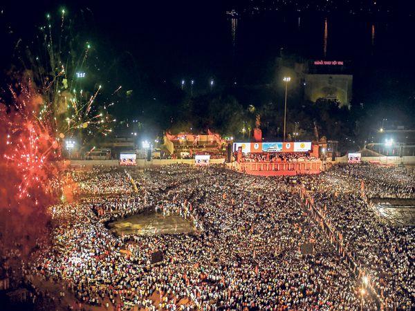 शिवसेना पक्षप्रमुख उद्धव ठाकरे यांच्या शपथविधी साेहळ्यास गुरुवारी मुंबईच्या एेतिहासिक शिवाजी पार्कवर माेठी गर्दी झाली हाेती. शिवसेना, राष्ट्रवादी व काँग्रेस कार्यकर्त्यांची एकत्रित गर्दी या मैदानाने प्रथमच अनुभवली - Divya Marathi