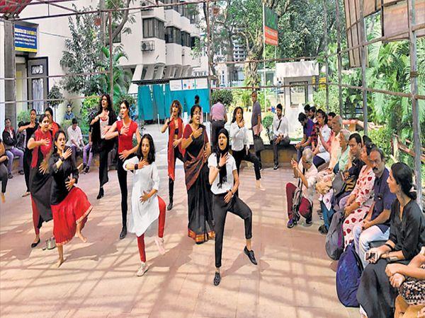 मुंबई कलेक्टिव्हमध्ये सांस्कृतिक कार्यक्रमाद्वारे जागृती करताना तरुणींचे एक पथक. - Divya Marathi