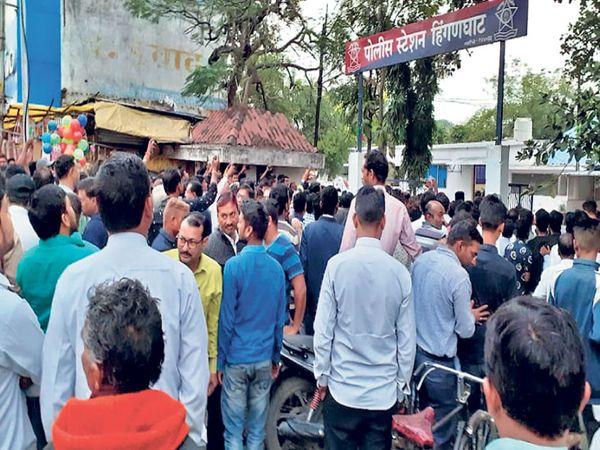 घटनेनंतर हिंगणघाट पोलिस ठाण्यासमोर गोळा झालेला संतप्त जमाव. - Divya Marathi