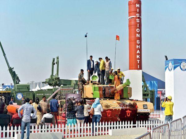 अर्जुन तोफ  : डीआरडीआेद्वारे निर्मित रणगाडा ७० किमीच्या गतीने जाऊ शकते. त्याची १२० एमएम गन एका मिनिटांत ६ फैरी झाडू शकते. - Divya Marathi
