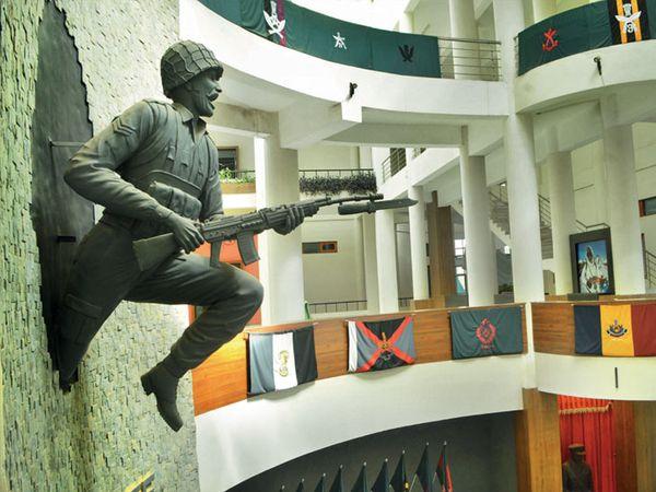 भिंतीवरून उड्या घेताना व डोंगरावर शत्रूशी लढताना सैनिक - Divya Marathi