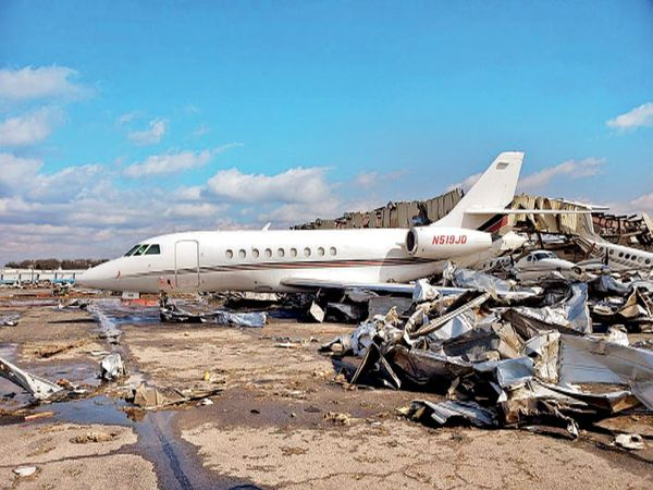 छायाचित्र नॅशव्हिले विमानतळाचे आहे. वादळामुळे विमान कोसळले. यातील प्रवाशांचा मृत्यू झाला. जवळ उभ्या विमानांचेही नुकसान झाले. - Divya Marathi