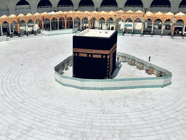मक्का | कोरोनाच्या भीतीमुळे सौदी अरेबियाने मक्कातील उमरा यात्रा स्थगित केली आहे. गुरुवारी काबातील मशीद परिसरात असा शुकशुकाट होता. - Divya Marathi