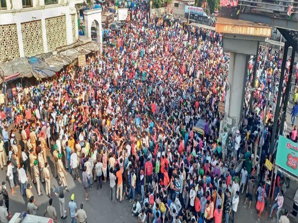 मुंबईत जमले हजारो परप्रांतीय मजूर, 'जेवण द्या वा गावाकडे जाऊ द्या'ची मागणी - Divya Marathi