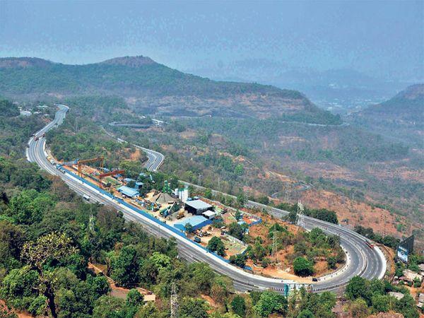 सुसाट धावणाऱ्या कार, माल वाहतकूीचे ट्रक,एसटीची वर्दळ असलेला मुंबई-पुणे द्रुतगती महामार्ग लॉकडाऊनमुळे अक्षरश: सुनसान झाला आहे. त्याचे ड्रोनने टिपलेले छायाचित्र. - Divya Marathi