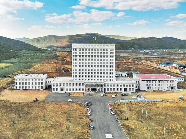 छायाचित्र चीन-रशियाच्या सीमेवरील सुइफेन्हे शहरातील तात्पुरत्या रुग्णालयाचे आहे. वाढते बाधित लक्षात घेऊन येथे एका इमारतीचे केवळ ६ दिवसांत रुग्णालयात रूपांतर करण्यात आले. - Divya Marathi