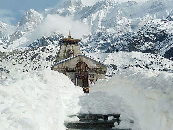 केदारनाथचे रावल स्वत: पूजा करत नाहीत, परंतु त्यांच्या सूचनांनुसार मंदिरातील पुजारी पूजा करतात. - Divya Marathi