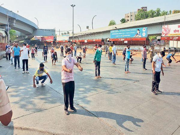 पुण्यातील बिबवेवाडीमध्ये गुरुवारी मॉर्निंग वॉकसाठी निघालेल्या ७० नागरिकांना पोलिसांनी अडवले आणि पोलिस ठाण्याबाहेरच  योगासने करायला लावली. तसेच हडपसर येथे घराबाहेर पडलेल्या ४८ जणांना पाेलिसांनी रस्त्यावरच याेगासने करण्यास भाग पाडले. - Divya Marathi