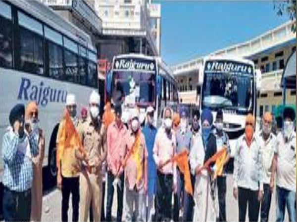 मनमाड येथे गेल्या ४२ दिवसांपासून अडकलेल्या १०६ शीख बांधवांना गुरुवारी पंजाबकडे रवाना करण्यात आले - Divya Marathi