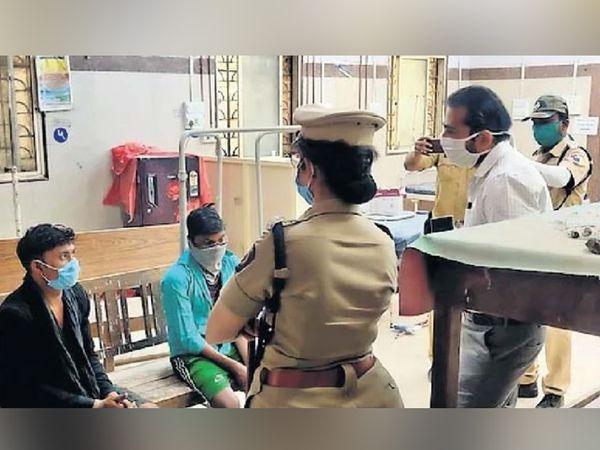 करमाड येथील अपघातात बचावलेल्या मजुरांना पोलिस अधिकारी, डॉक्टर व घाटीतील कर्मचाऱ्यांनी आधार देत त्यांची विचारपूस केली. - Divya Marathi