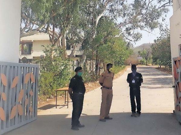 सातारा परिसरातील श्रेयस इंजिनिअरिंग काॅलेजच्या इमारतीत एसआरपी जवानांवर उपचार सुरू आहेत. या इमारतीबाहेर बंदाेबस्त तैनात आहे. - Divya Marathi