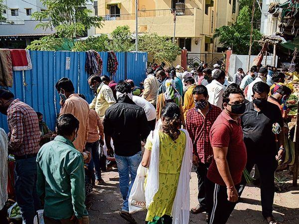 गजानन महाराज चाैकाजवळील भाजी मंडईतील ग्राहक गर्दी करून स्वत:हून काेराेनाला निमंत्रण देत आहेत. - Divya Marathi