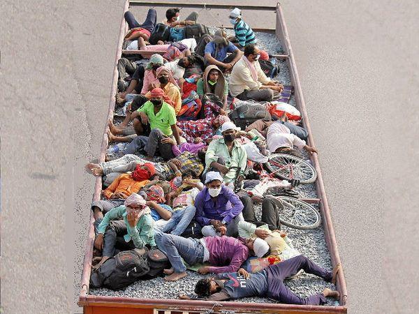 लखनऊमध्ये ट्रकमधून मजूर आपल्या गावी जाताना, क्वारंटाइन आणि कागदोपत्री कारवाई टाळण्यसााठी, बरेच मजूर कामगार विशेष गाड्यांमधून जात नाहीत. - Divya Marathi