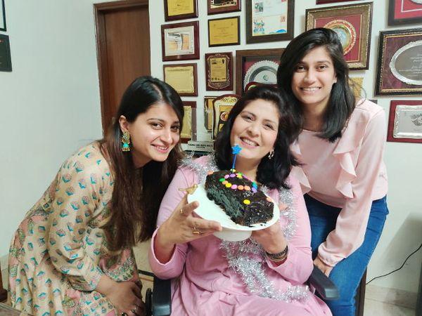 मदर्स डे मुलींसाेबत साजरा करताना दीपा मलिक. - Divya Marathi