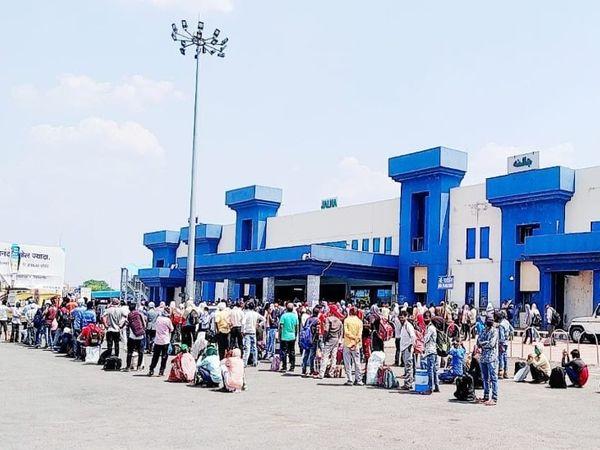 ट्रेनने घरी जाण्याच्या अपेक्षेने जालना रेल्वे स्टेशनवर अशी गर्दी पाहायला मिळाली. - Divya Marathi