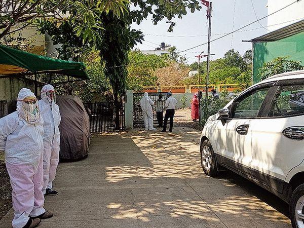 रुग्ण सापडल्यानंतर मनपा आरोग्य पथक चैतन्य सोसायटीत आले. - Divya Marathi