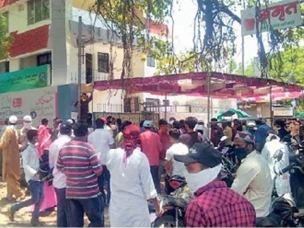 बँका, रुग्णालय आणि खासदारांच्याकार्यालयासमोर गर्दी; नियमाला ठेंगा - Divya Marathi