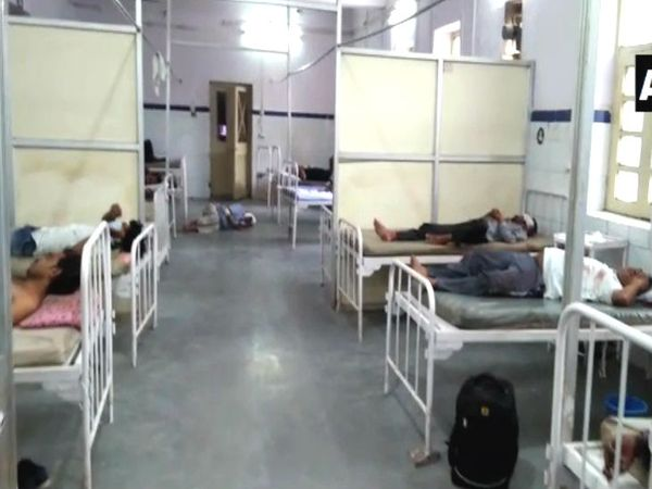 हा फोटो गुनाच्या हॉस्पिटलचा आहे. अपघातातील जखमी कामगारांना येथे दाखल करण्यात आले.