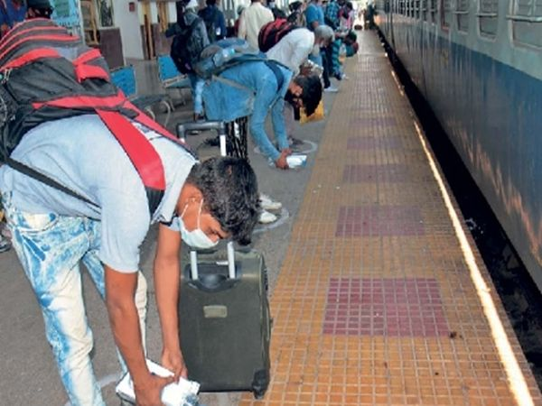 औरंगाबादहून उत्तर प्रदेशला रवाना होण्यापूर्वी काही कामगारांनी गाडीत बसण्यापूर्वी रेल्वेला असा नमस्कार केला. छाया : रवी खंडाळकर - Divya Marathi