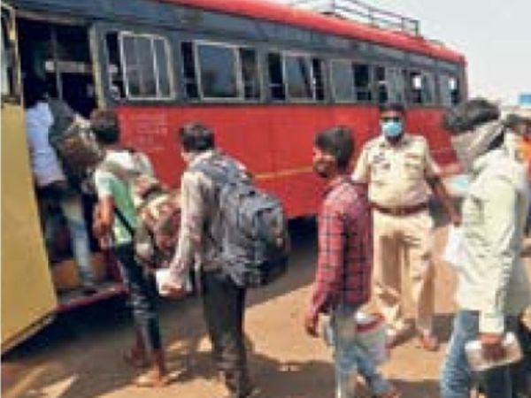नाशिकमध्ये शनिवारी बसने मजुरांना रवाना करण्यात आले. - Divya Marathi