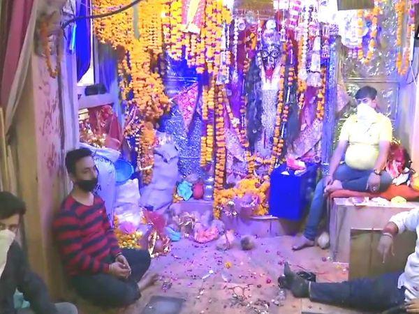 चित्र अमृतसरमधील भद्रकाली मंदिराचे आहे. लोक लॉकडाऊनच्या नियमांचे उल्लंघन करत सोमवारी पहाटे येथे पोहोचले. - Divya Marathi