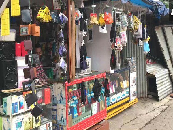 पश्चिम बंगालमधील सिलीगुडी येथेही सोमवारी सकाळी आठ वाजता अनेक दुकाने उघडली. यामध्ये फुटवेअर, इलेक्ट्रॉनिक्स आणि बॅग-हेल्मेटच्या दुकानांचा समावेश आहे.