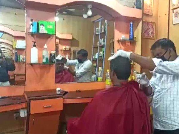 कर्नाटकच्या हुबळीमध्ये कंटेनमेन झोनबाहेर सलूनचे दुकान उघडण्यास परवानगी देण्यात आली आहे. सोमवारी सकाळपासूनच बरीच दुकाने येथे उघडली.