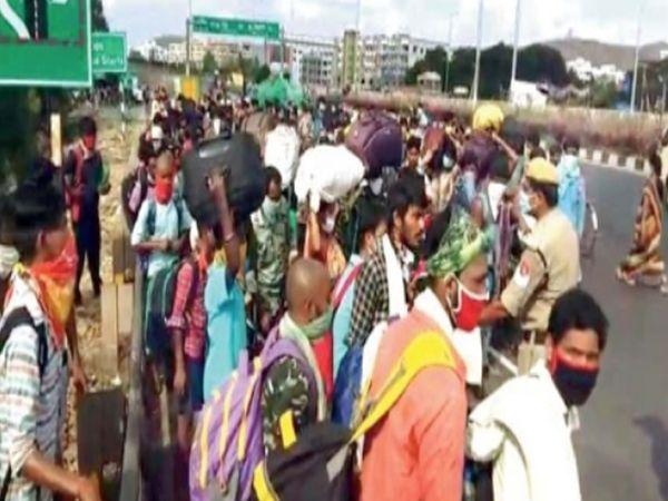 विजयवाडा येथे पोलिसांनी चेन्नईहून आलेल्या मजुरांना रोखले - Divya Marathi