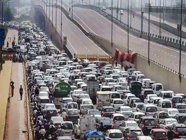 दिल्लीत सोमवारी बाजारपेठा सुरू होण्याच्या पहिल्या दिवशी अनेक ठिकाणी वाहतूक कोंडी झाली. दिल्लीसह देशातील १६० शहरांत ओला टॅक्सी धावताहेत. उबरने ३१ शहरांत सेवा सुरू केली आहे. - Divya Marathi