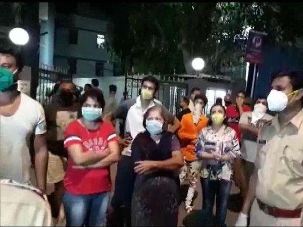 लोकांनी रस्त्यावर उतरून सरकारविरोधात जोरदार घोषणाबाजी केली - Divya Marathi