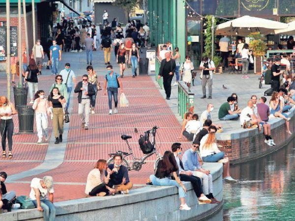 हे चित्र इटलीच्या मिलान शहराचे आहे. लॉकडाउन उघडल्यानंतर लोक फिरण्यासाठी बाहेर पडले - Divya Marathi