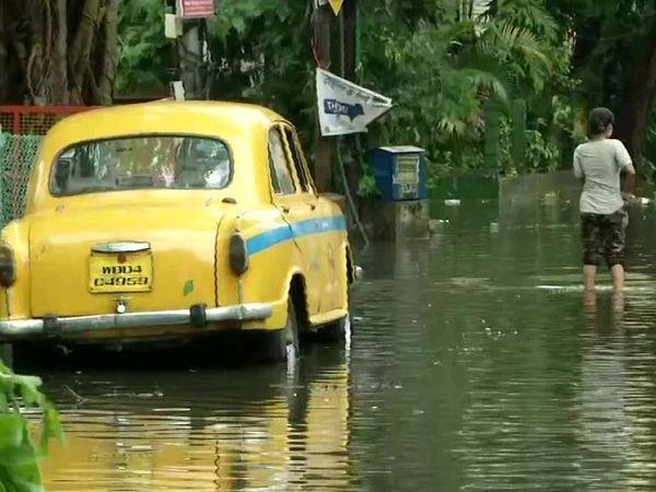 कोलकातामध्ये पावसामुळे अनेक भागात पाणी साचले
