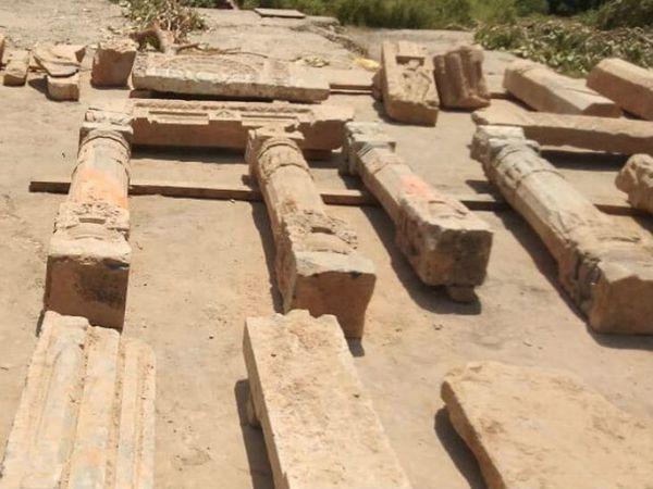 रामजन्मभूमी संकुलातील सपाटीकरण दरम्यान सापडलेले खांब - Divya Marathi