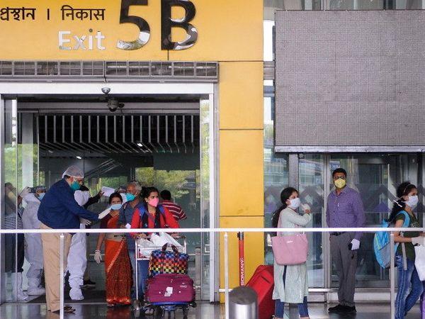 कोलकाता येथील नेताजी सुभाष चंद्र बोस आंतरराष्ट्रीय विमानतळावर वंदे भारत मिशन अंतर्गत भारतीय सोमवारी ढाका येथून परत आले - Divya Marathi