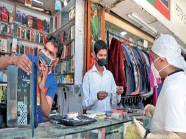 नवी दिल्ली : सम-विषम फॉर्म्युल्यानुसार बाजारपेठा सुरू, गफ्फार मार्केटमध्ये मोबाइल दुरुस्ती - Divya Marathi