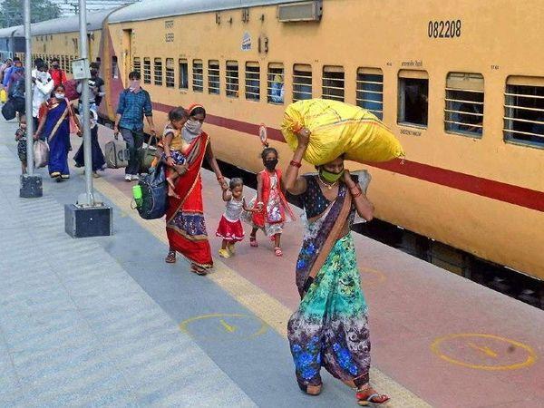 लॉकडाऊन दरम्यान प्रवासी कामगारांना घरी परतण्यासाठी रेल्वेने 1 मेपासून कामगार विशेष गाड्या चालवल्या आहेत. - Divya Marathi