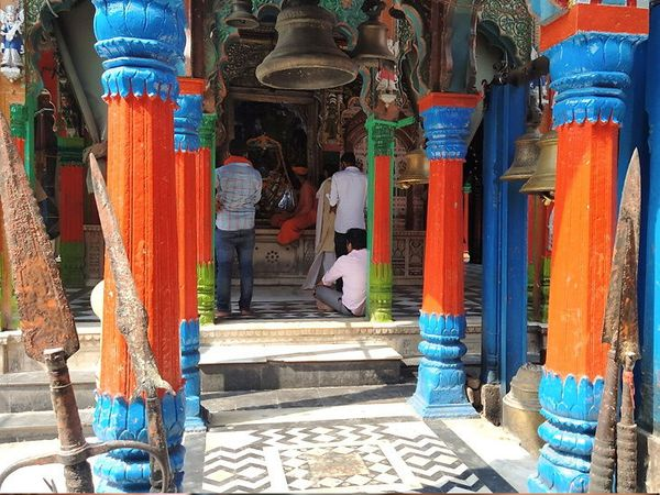 फोटो हनुमानगढी मंदिराचा आहे. येथे भाविक सोशल डिस्टन्सिंगचे पालन न करता प्रसाद घेत आहेत. रामलल्लाच्या दर्शनासाठी मोबाइल सोबत नेऊ शकत नाही, म्हणून तेथील फोटो नाही. - Divya Marathi