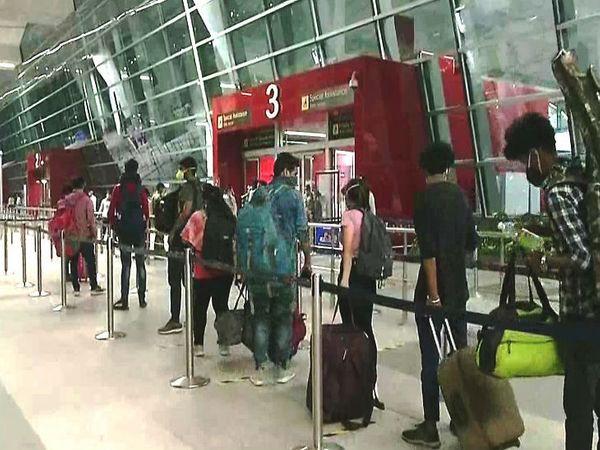 इंदिरा गांधी आंतरराष्ट्रीय विमानतळावरील प्रवासी खूप आनंदी आणि सतर्क दिसले - Divya Marathi