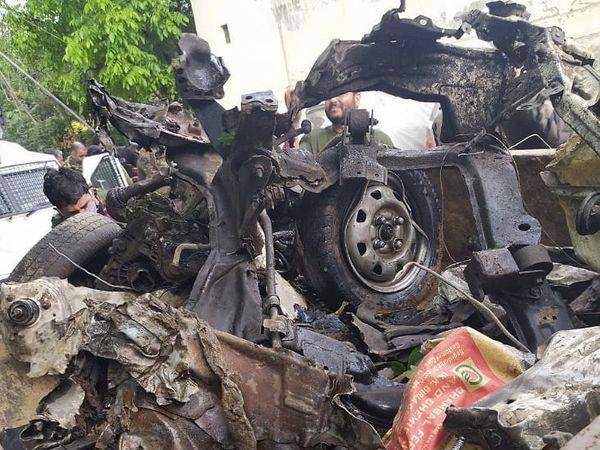 पुलवामा येथील राजपुरा रोडवरील शादिपुराजवळ ही कार सापडली. त्यानंतर बॉम्ब डिस्पोझल पथकाने गाडी उडवून दिली. - Divya Marathi