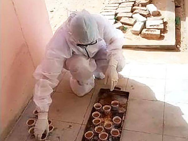 उजनीशीला पीपीई किट घालून रूग्णांना चहापासून काढा देण्याचे काम करते.