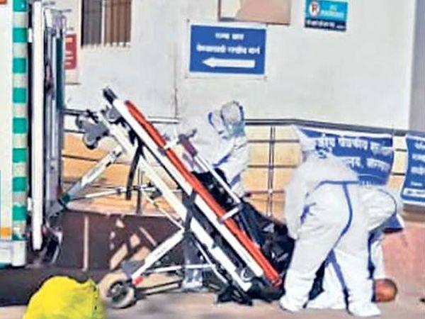 मृत्यूचे ओझे पेलवेना : घाटीत काेराेनाग्रस्ताच्या मृतदेहाची अवहेलना; स्ट्रेचरवरून कलंडला - Divya Marathi