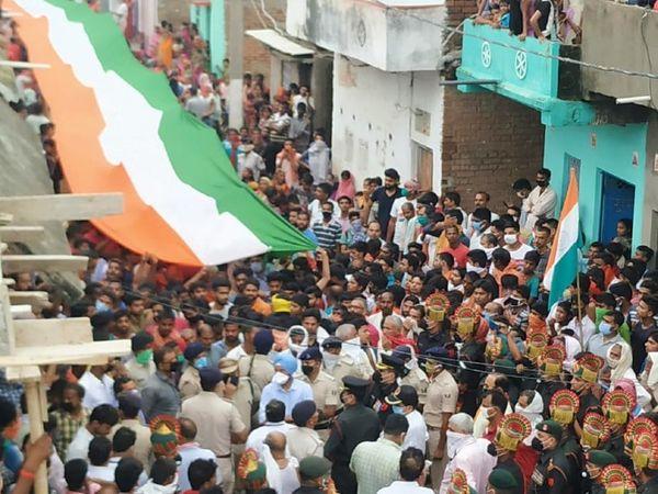 शहीद जवानाच्या अंतिम दर्शनासाठी हजारो लोक जमले होते.
