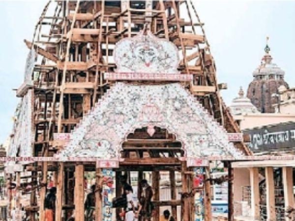 पुरीत भगवान जगन्नाथाचा रथ तयार होत आहे. - Divya Marathi