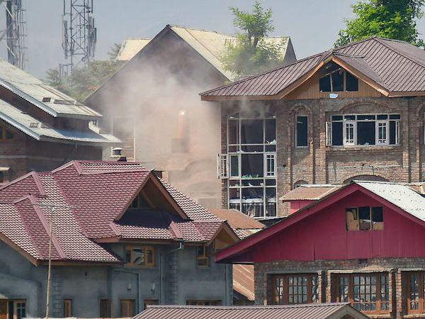 आयजी विजय कुमार यांनी सांगितले- दहशतवादी या घरात लपले होते - Divya Marathi