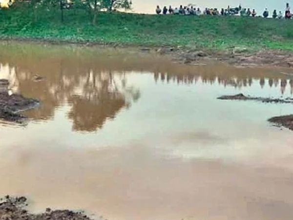 फुलंब्री तालुक्यात तळेगाववाडीतील याच तलावात मंगळवारी बुडून ५ मुलींचा मृत्यू झाला. - Divya Marathi