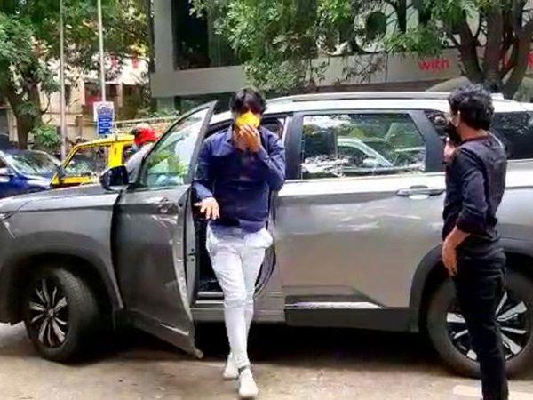 एक प्रॉडक्शन हाऊसचे मॅनेजर आशीष सिंह यांची शुक्रवारी जवळपास तासभर चौकशी झाली. - Divya Marathi