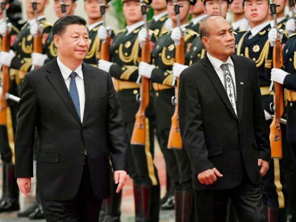 जानेवारीत किरीबातीचे अध्यक्ष तेनेट्टी मामो आणि चिनी अध्यक्ष शी जिनपिंग यांच्यासमवेत बीजिंगच्या ग्रेट हॉलमधील एका समारंभास उपस्थित होते. - फाइल फोटो - Divya Marathi