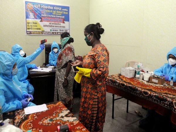 मुंबईच्या परळ पूर्व भागात महापालिकेच्या कर्मचाऱ्यांनी तपासणीसाठी अशी दवाखाने सुरू केली आहेत - Divya Marathi