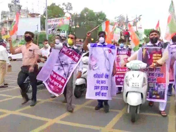 पुण्यात काँग्रेस कार्यकर्त्यांनी रस्त्यावर गाड्या खेचून आंदोलन केले - Divya Marathi