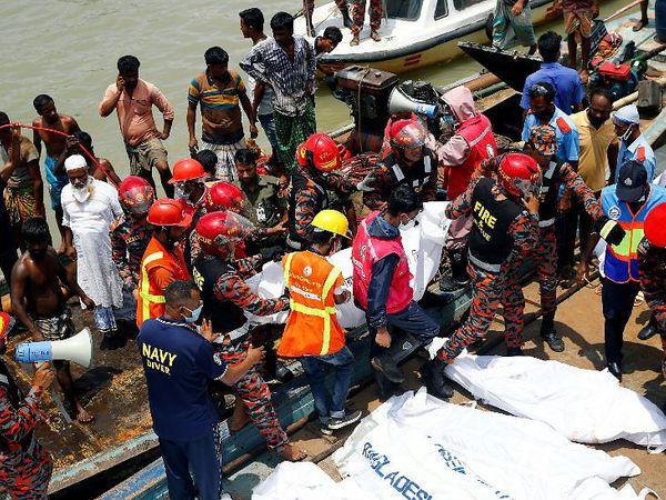 बुडीगंगा नदीत बुडलेल्या लोकांचे मृतदेह बाहेर काढत सुरक्षा कर्मचारी. सकाळी 9.30 च्या सुमारास हा अपघात झाला. - Divya Marathi
